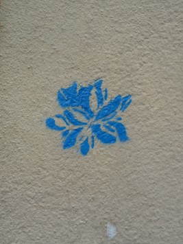 fleur-bleue-graffiti-street-art-paris-598x797